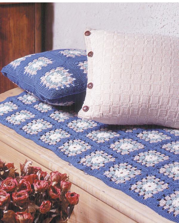 Beskrivning Virkad pläd och kudde i mormorsrutor och en stickad kudde