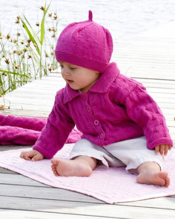 Babykofte, baskerlue og pledd