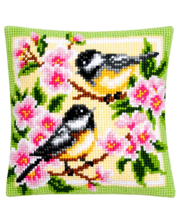Tyynynpäällinen Linnut kirsikankukkien keskellä