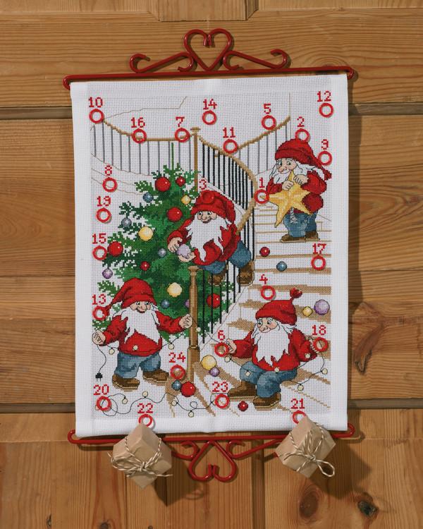 Kirjontapakkaus Kalenteri Tontut kuusta koristelemassa