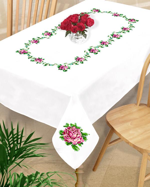 Iso pöytäliina ruusut rivissä